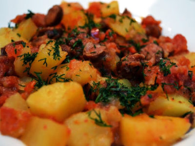 Mancare de cartofi cu carnati
