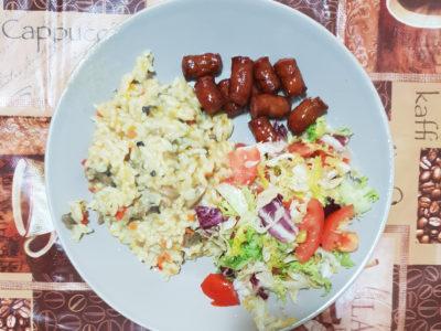 Orez cu ciuperci, carnati si salata verde